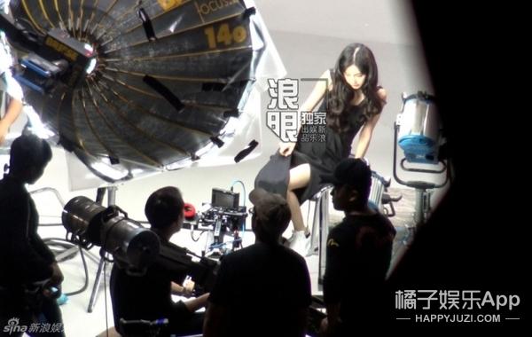 baby挺孕肚在香港扫货,距离小baby的来临也不远了吧!