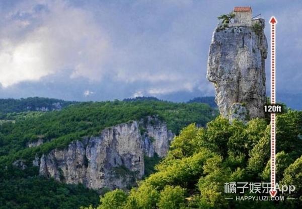 与世隔绝!男子住在36公尺高的岩石上!