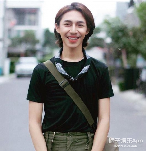 他穿女装发裸照被称为泰国版刘梓晨,不过男生时期敲可爱的