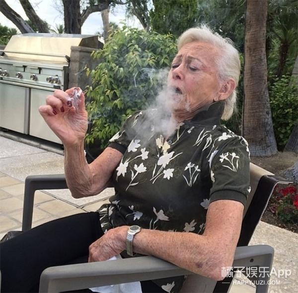 家里的奶奶比你还会玩是一种什么体验,看完想静静