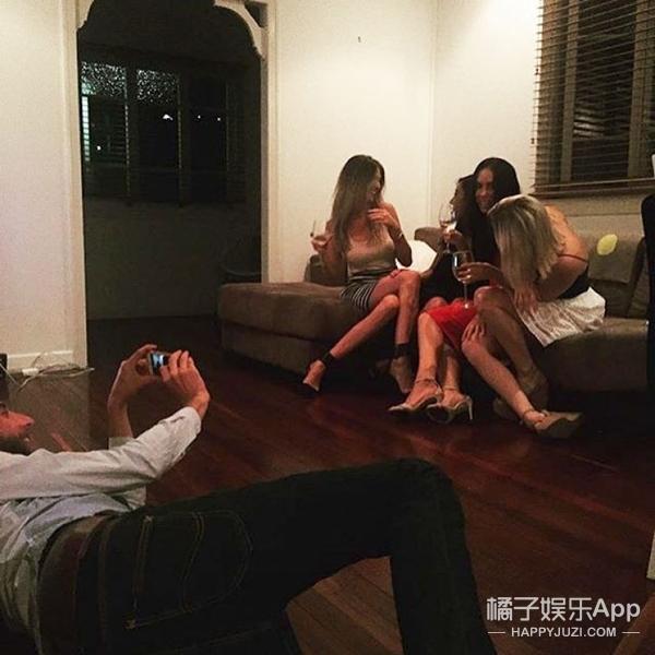 为了女朋友的朋友圈,他们用尽了各种姿势拍虐狗照
