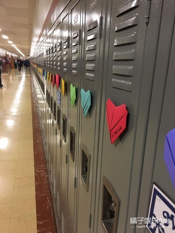 这些学校成百上千的学生一起过情人节