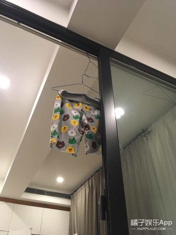 花睡裤挂房顶、袜子随意扔,郑爽的家相当接地气了