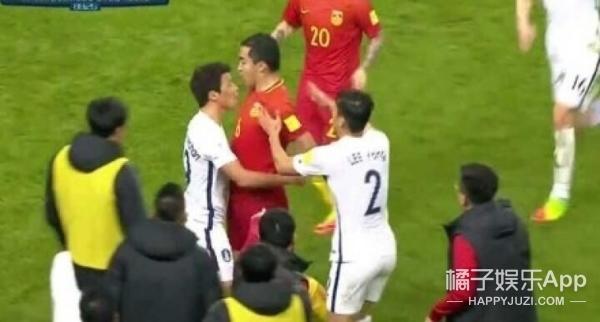 中国1:0胜韩国,与其看韩国队员踢人不如看看我们队长的机智反击