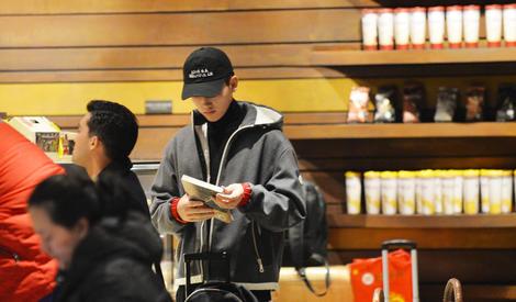 陈凯歌小儿子机场阅读 继承老爸书生气