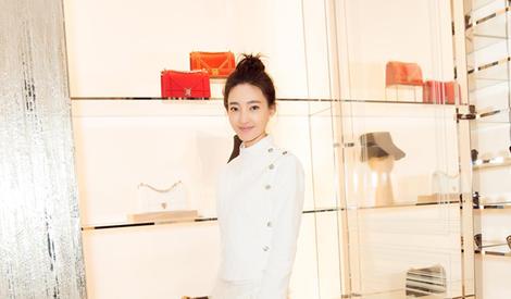 王丽坤美照展优雅气息 扎丸子头年轻活力
