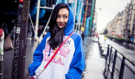 王鸥街头漫步笑容清新明朗