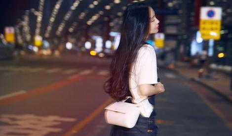 Angelababy实力演绎 酷女孩都爱背带裤