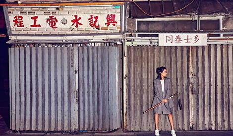 """""""都市女侠""""王智佩剑行走于香港,英气逼人"""