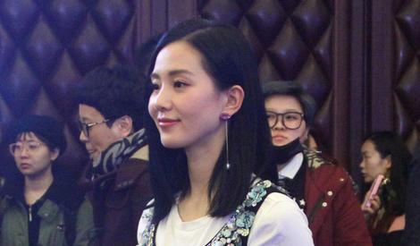 刘诗诗一席裙装 肤白貌美惹众人围观