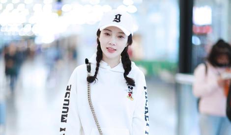 李小璐街拍:米奇印花白色卫衣搭厚底坡跟鞋 朝气活泼