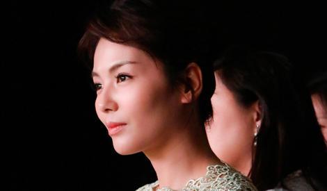 刘涛蕾丝绿裙显春日气息浓 台上露娇笑调皮似少女
