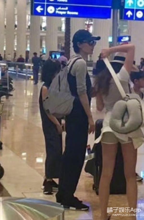 王菲带窦靖童去迪拜旅游,穿同款连衣裙和运动鞋好有爱!