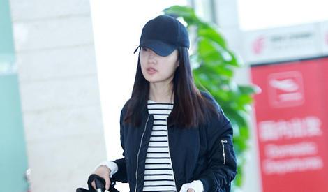李沁街拍:黑色飞行夹克搭黑白条纹T恤 简单舒适