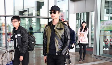 王凯低调现身机场,帅气有型