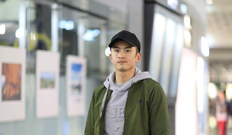 张云龙现身机场,与粉丝亲密互动