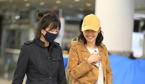 徐静蕾与白百何同现身杭州机场 感情深一路热聊