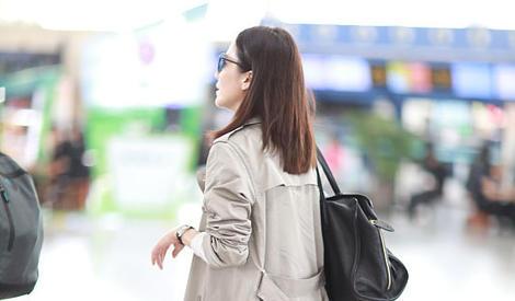 """""""冻龄美人""""俞飞鸿现身机场 卡其色风衣干练知性"""