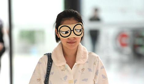 小S素颜穿睡衣现身机场 对镜比耶笑靥如花