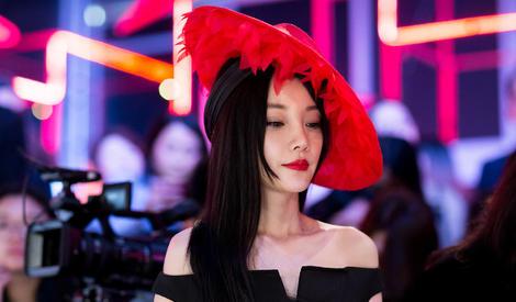李小璐斜戴红帽复古妩媚 一字肩小黑裙成熟优雅