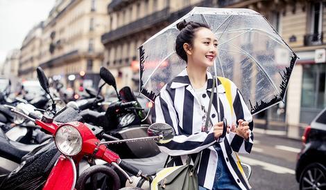 王鸥雨中漫步巴黎 演绎休闲度假风