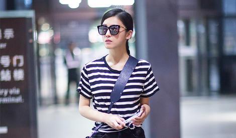 杨子姗条纹T恤现身机场 穿搭清新又时尚