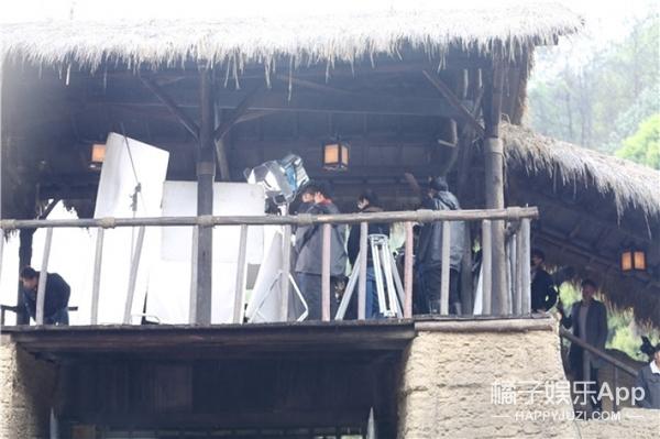 在历史科幻剧的片场,我看到了古代美女在自制山寨火锅