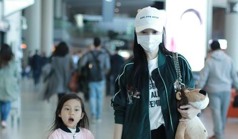 李小璐与甜馨街拍照 母女二人潮气十足