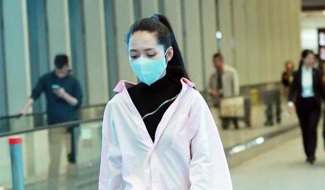 郭碧婷街拍 粉色廓形衬衫搭高领针织衫