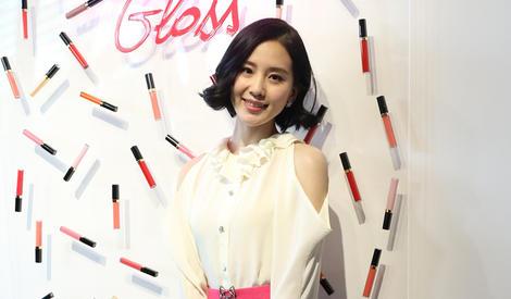 刘诗诗干练短发造型 笑容甜美可人