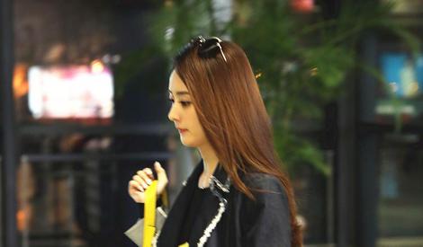 赵丽颖御姐范儿现身 手中玩偶暴露少女心