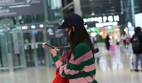 江铠同街拍 身穿粉绿撞色针织衫 简约靓丽