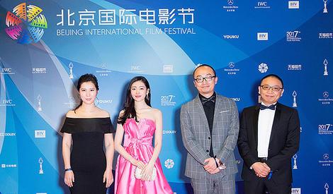 张天爱惊喜亮相北京电影节 粉嫩礼服秀香肩锁骨