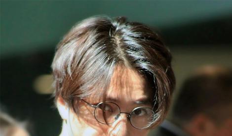 陈坤街拍 复古眼镜搭配运动衣 显文艺气质