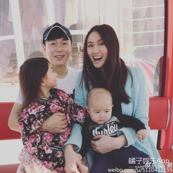李小鹏晒奥莉和弟弟合照,又是基因强大的一家子……
