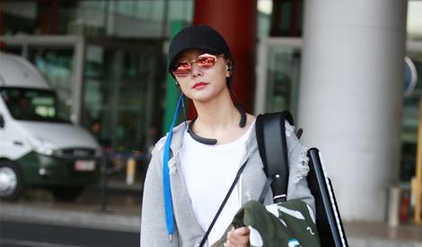王珞丹街拍 棒球帽搭破洞卫衣 酷酷少女风