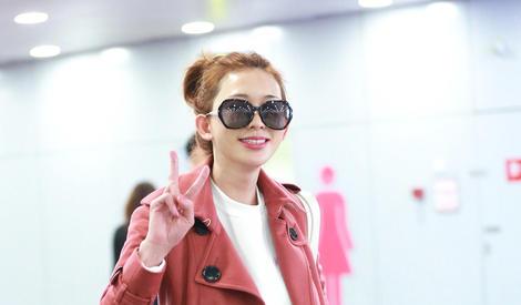 林志玲一身粉嫩少女心爆棚 机场变秀场对镜凹造型