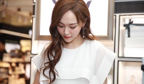 唐嫣身穿黑白拼色荷叶边纱裙 笑容迷人