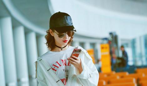 景甜现身机场 辣条手机壳与长腿齐抢镜