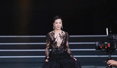 北京电影节闭幕红毯:蒋雯丽黑色华服大气登台