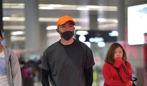 机场街拍:俞灏明低调现身 型男魅力不减