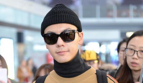 陈伟霆机场街拍 戴毛线帽实力耍帅