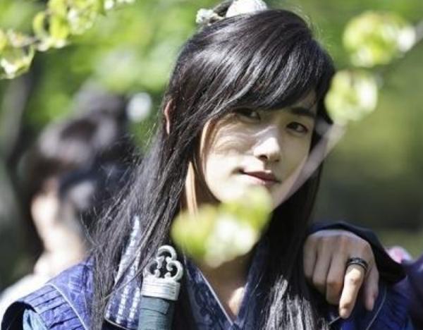 """朴炯植现身MBC演艺通讯 称理想型是""""为梦想努力的人"""""""
