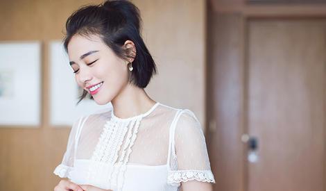 马思纯白裙明媚 海绵宝宝式微笑满分