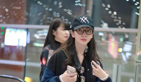 李冰冰机场穿棒球服青春靓丽 歪头娇笑萌翻天