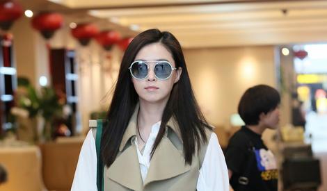 蒋欣潮装现身机场 露迷人微笑十分亲和