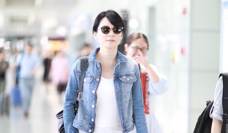 46岁俞飞鸿现身机场 演绎完美冻龄