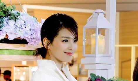 刘涛身穿干练白衣 捧花微笑