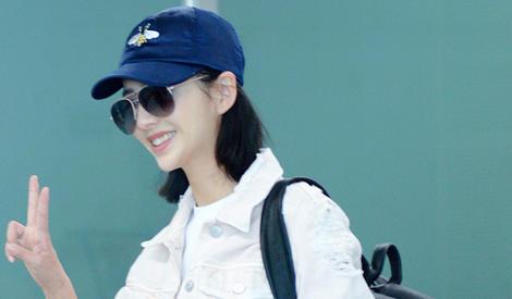 佟丽娅休闲装现身机场 与迷妹大玩自拍