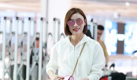 袁姗姗机场街拍:不秀马甲线秀长腿